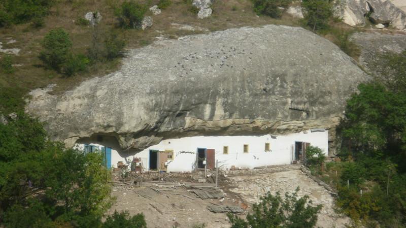Просто заложили пещеру и сделали дом город Чуфут-Кале, крым, пещерный город, пещерный город Чуфут-Кале