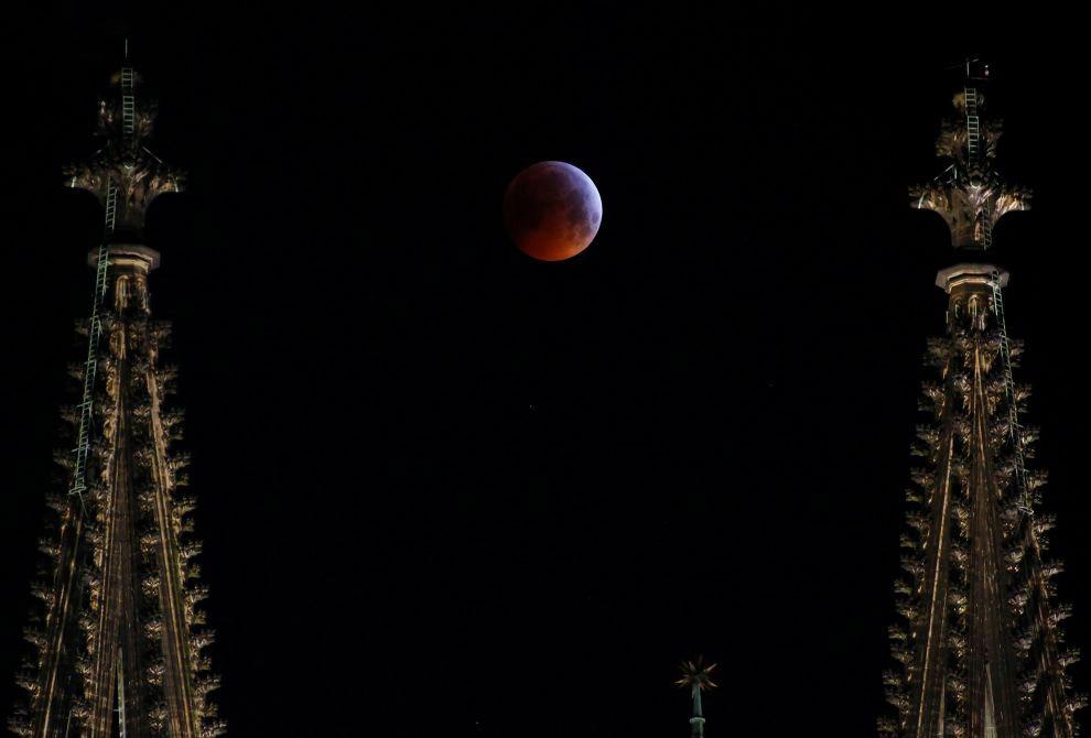Луна за готическим собором в Кельне