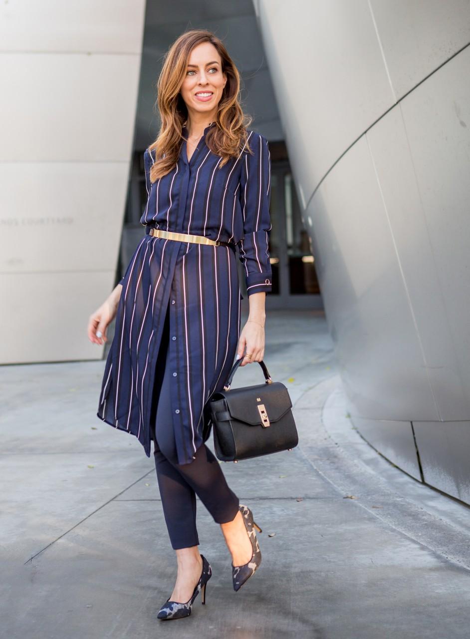 Девушка в платье-рубашке и брюках