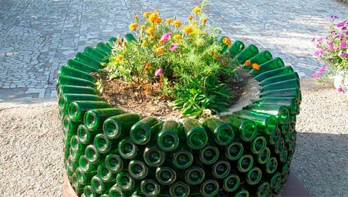 идеи для дачи - клумба для цветов из бутылок