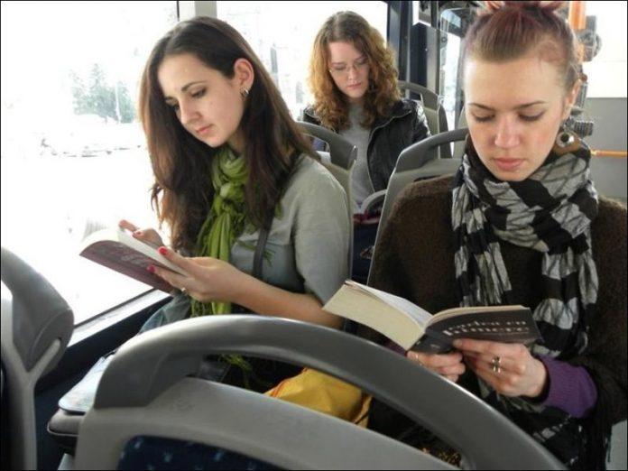 Две девушки в маршрутке вели…