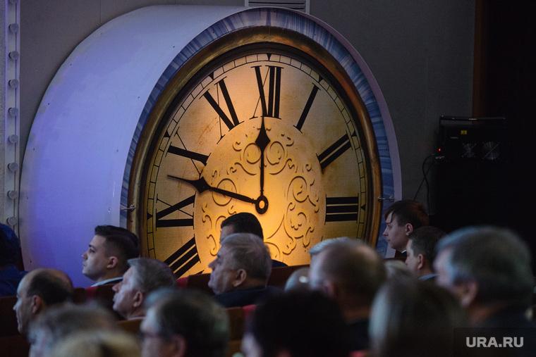 Когда пенсионеры голодают: Россияне потратят на новогодние подарки астрономическую сумму