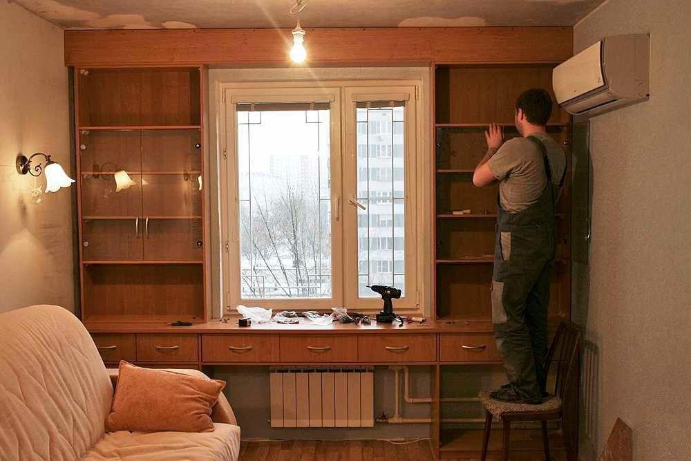 Письменный стол во всю стену у окна