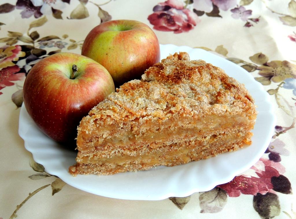 Наливной пирог с яблоками и орехами