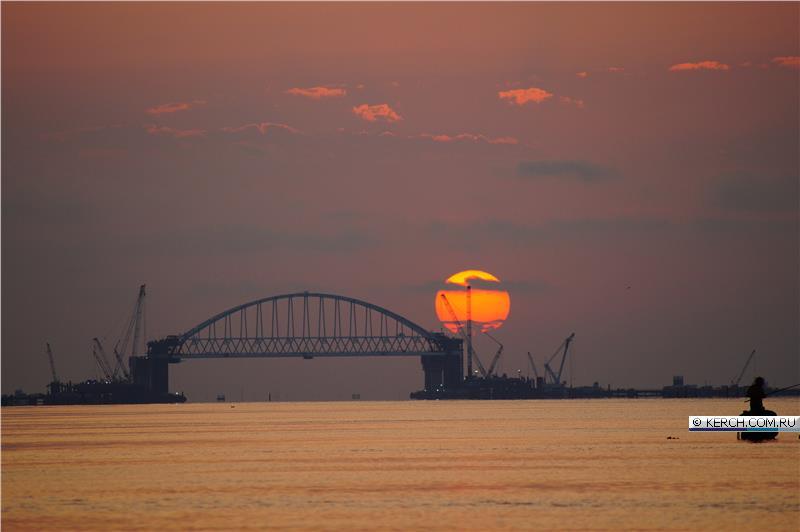 Ура Крымский мост, ой канатная дорога уже с железнодорожной аркой :)