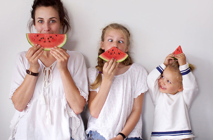 Случайно одевшись одинаково с дочками, мама создала стильную традицию в своей семье