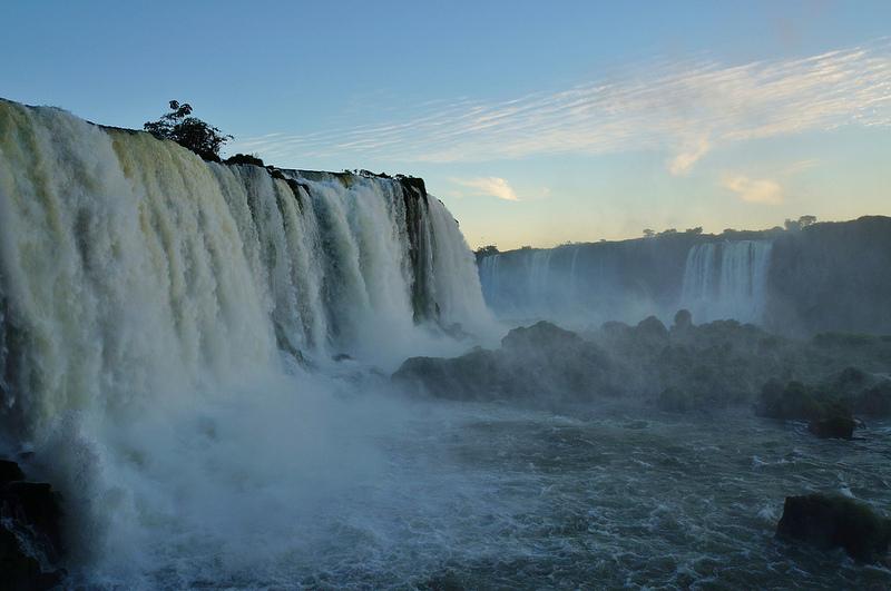 Водопады Игуасу на рассвете. Аргентина, Бразилия. Фото