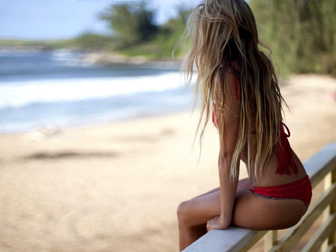 Длинноволосая девушка фото со спины
