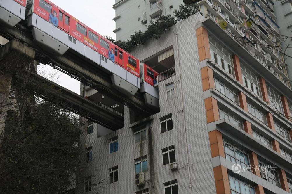 В Китае поезд проезжает прямо через жилой дом жилой дом, китай, поезд