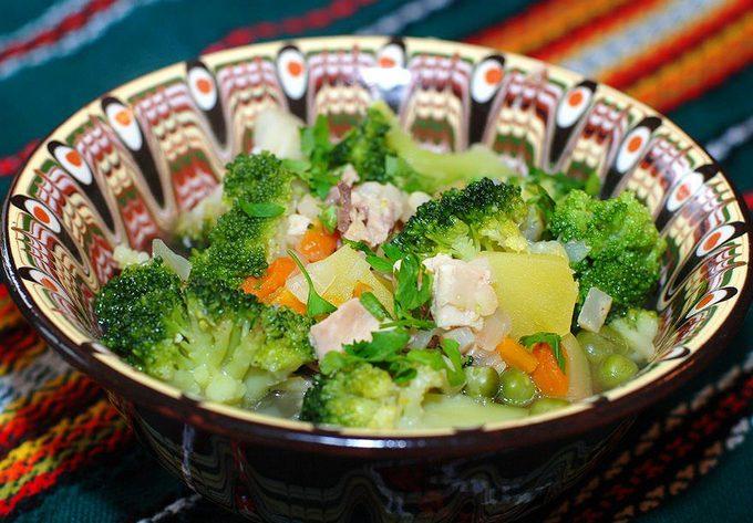 Суп из брокколи с курицей и овощами