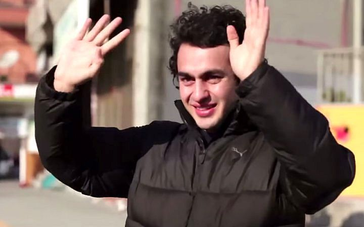 Глухой парень был тронут до слез, узнав, что жители его района выучили язык жестов, чтобы поговорить с ним