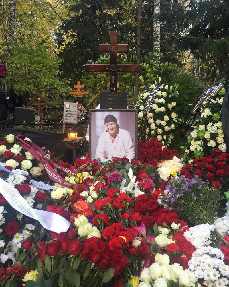 На похоронах Дмитрия Марьянова был замечен таинственный венок с неоднозначной надписью