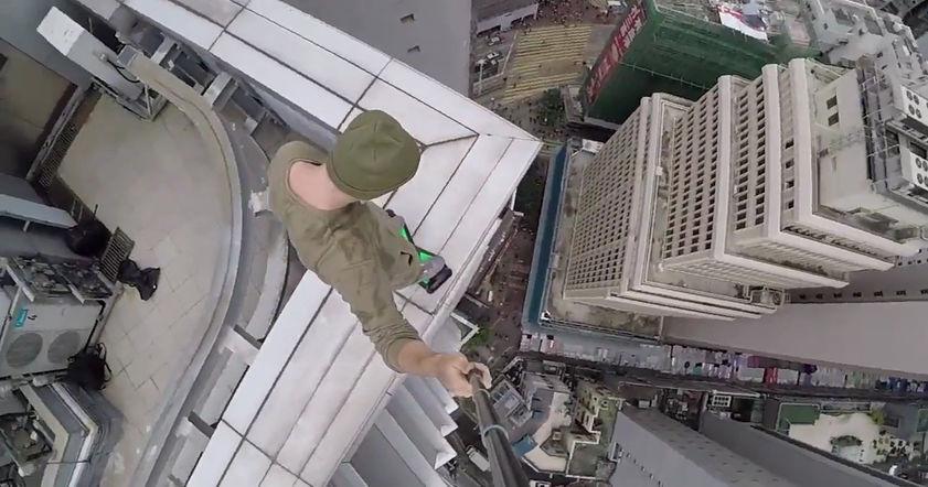 Опасный тест-драйв гироскутера на крыше небоскреба