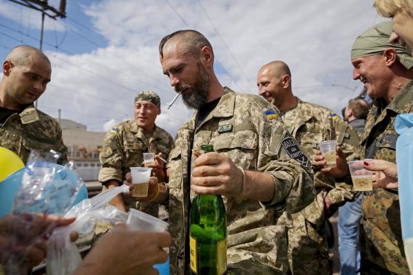 Военкор: пьянство продолжает косить ряды ВСУ на Донбассе