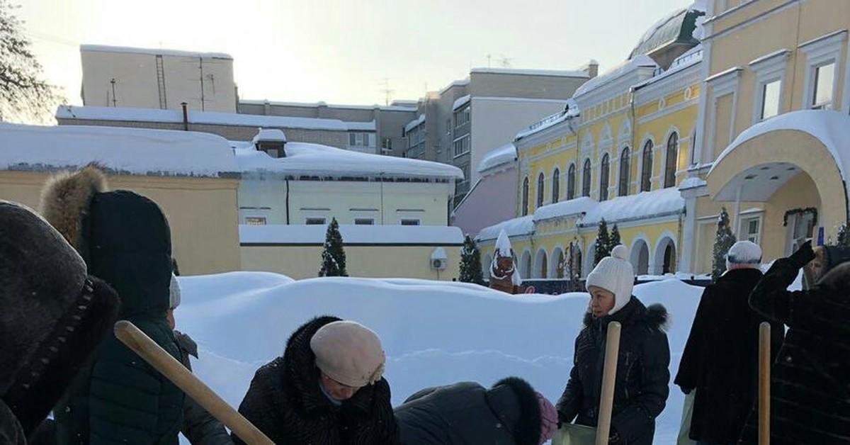 В Госдуме заинтересовались фото с учителями, убирающими снег в мешки