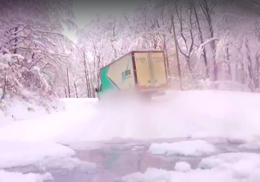 Видео: большой почтовый грузовик дрифтит на серпантине