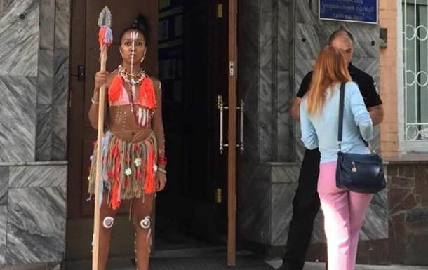 Активистка Femen пришла на допрос с копьем