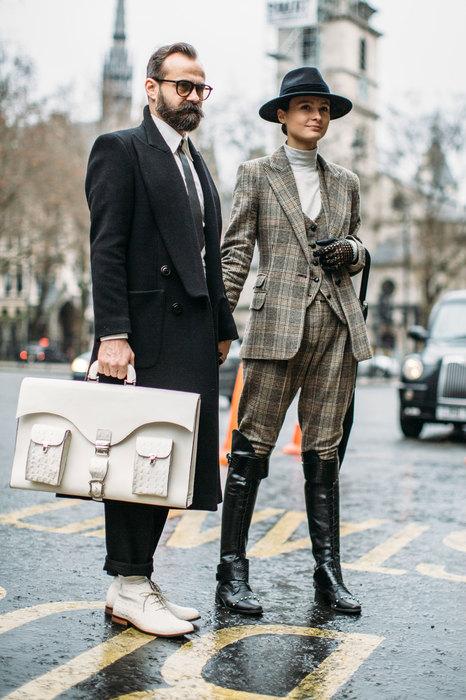 Как носить костюм с сапогами: 5 удачных идей