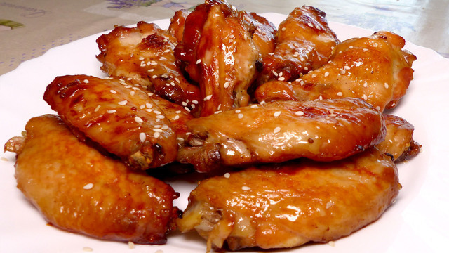 Фото к рецепту: Куриные крылышки в медово-соевом соусе в духовке