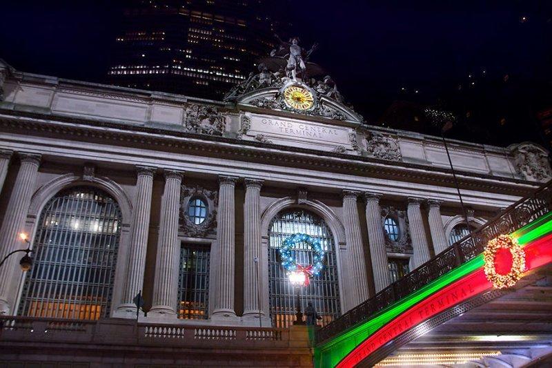 Центральный вокзал Нью-Йорка, украшенный праздничными венками Нью -Йорк, красиво, красивый вид, новогоднее настроение, новый год, рождество, сша, фото
