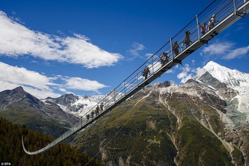 Вниз не смотреть: самый длинный пешеходный мост открыли в горах Швейцарии