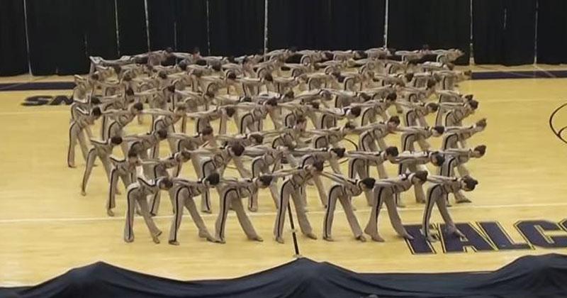 Акробаты выстроились в круг.…