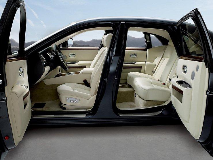 Почему двери машин открываются вперед, а не назад?