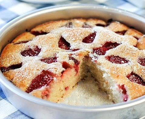 Легкий клубничный пирог из того, что есть в холодильнике!