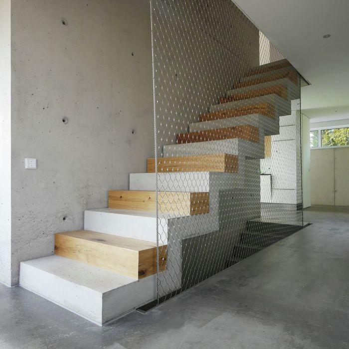 Стильная лестница, которая гармонично вписалась в интерьер дома в индустриальном стиле.
