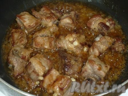 Обжариваем лук с мясом до золотистого цвета, наливаем стакан воды и тушим минут 15-20.