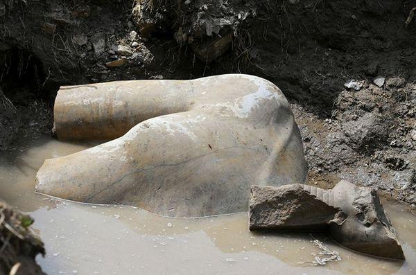 Археологи рыли большую яму.