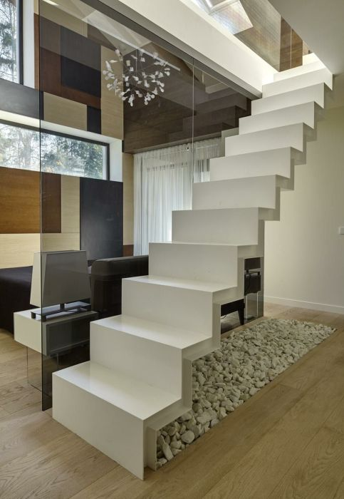 Лестница открытого типа, выполненная из сверхпрочного пластика, станет достойным дополнением роскошного загородного особняка.