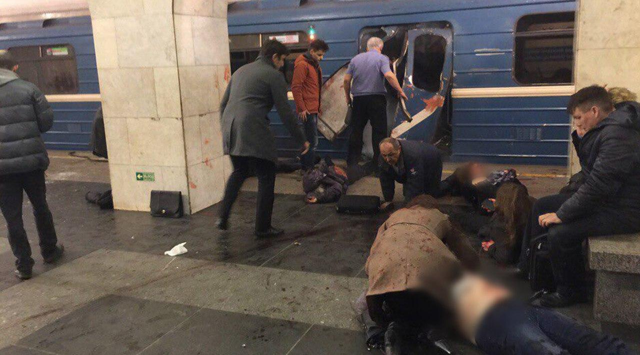 При взрыве в метро в Петербу…