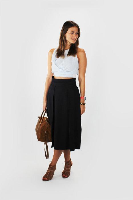 В среду Томас достал из шкафа черную расклешенную юбку с высокой талией, белый короткий топ, а также подобрал сумку и босоножки в одной цветовой гамме.