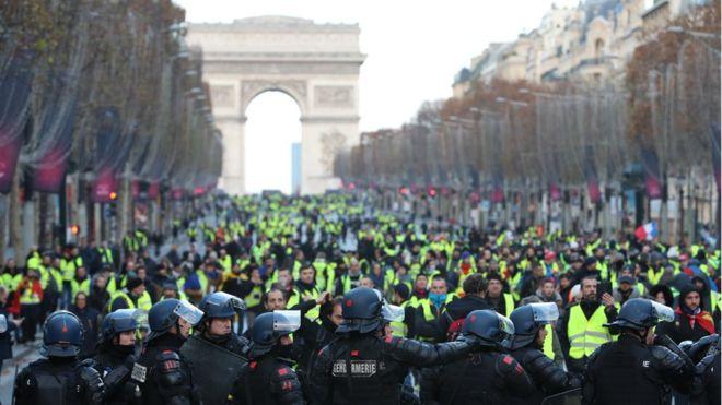 На снимках: протесты во Франции