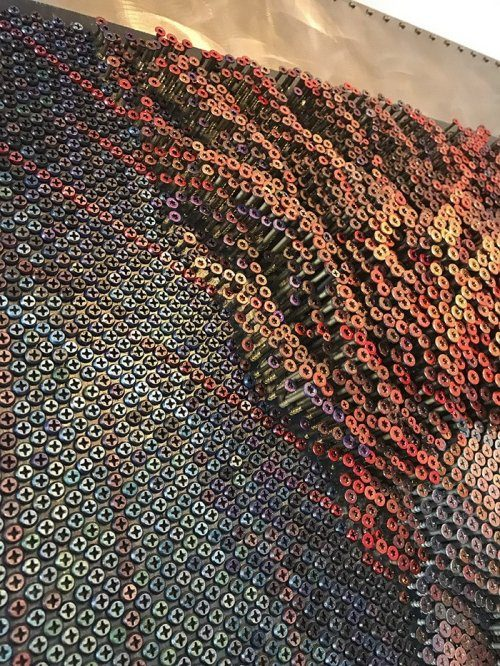 Невероятная картина из шурупов от художника