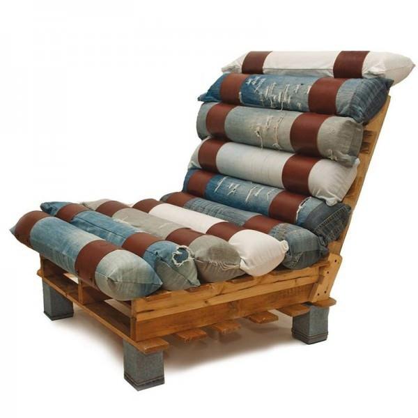Кресло из паллет и джинсов
