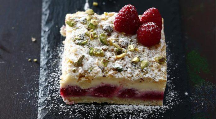 Нежное рассыпчатое тесто, тающая творожная начинка, ароматная малина и хрустящие фисташки – этот пирог поражает разнообразием вкусов и текстур