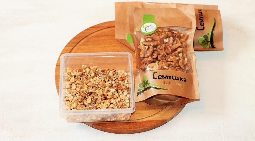 Витаминный салат с орешками. Шаг 1