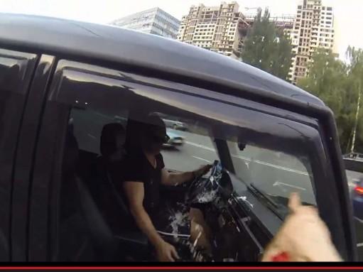 Мотоциклистка решила наказывать мусорящих автомобилистов