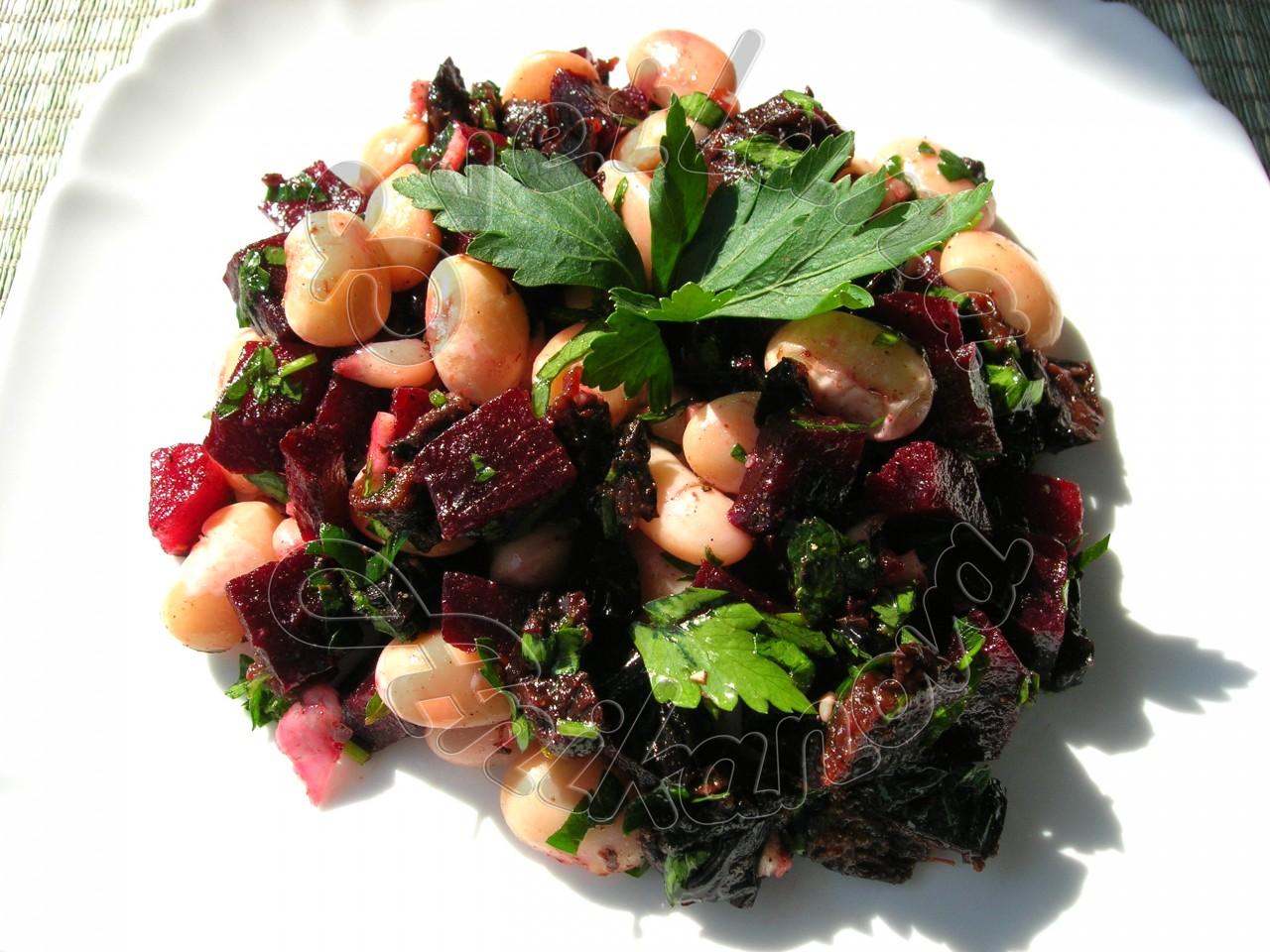 Постный салат со свеклой и фасолью