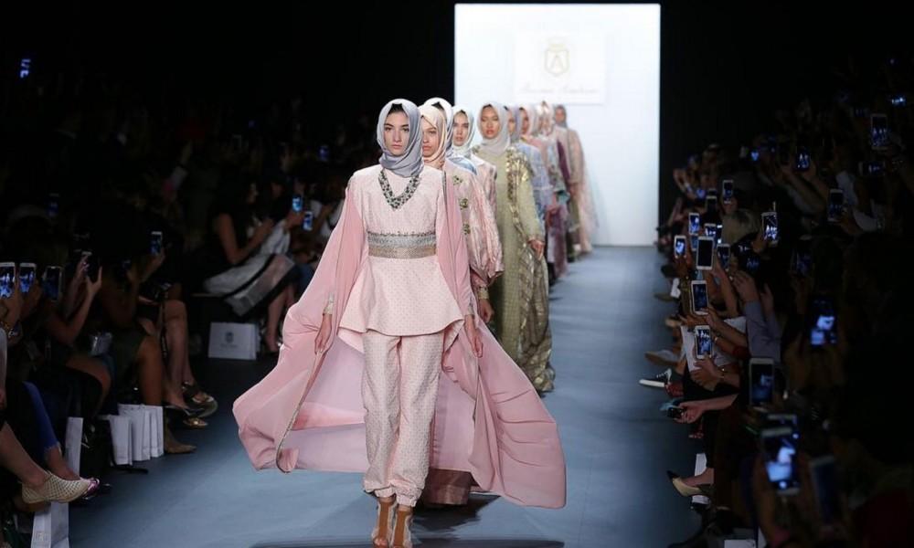 Картинки по запросу anniesa hasibuan new york fashion week