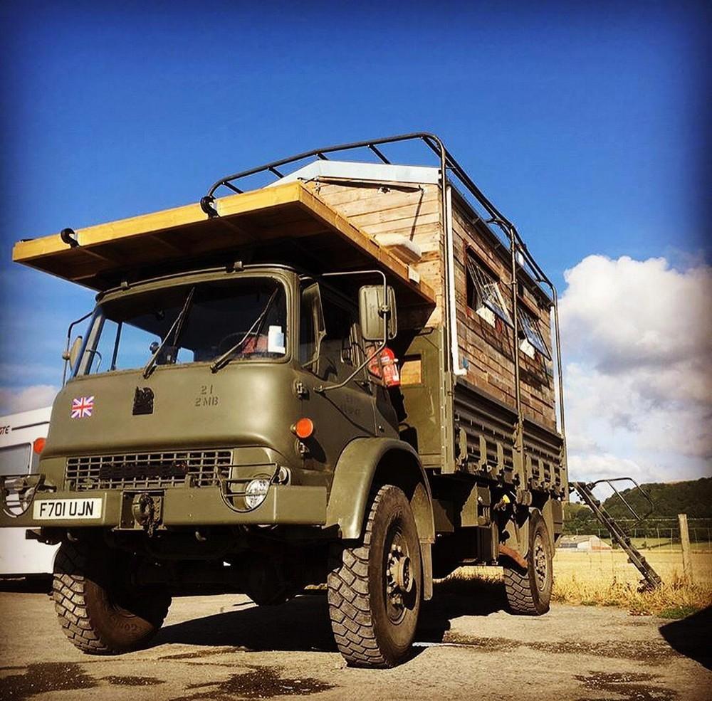 Британец устал платить аренду за жилье и превратил старый армейский грузовик в дом мечты за £15 000