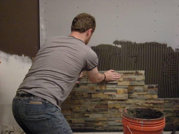 Отделка фасада дома камнем и штукатуркой - фото в процессе