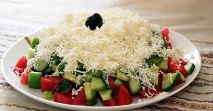 Шопский салат — классика, которой тяжело подобрать сравнение! Обожаю его за свежесть и сочность!