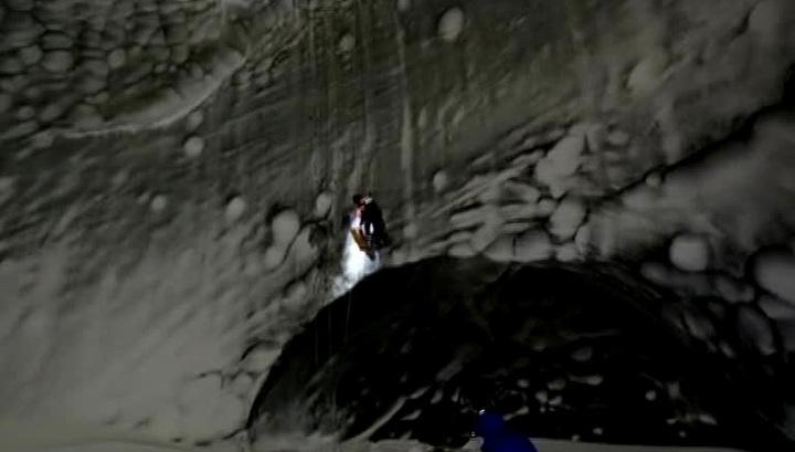 """Тайны гигантского кратера: исследователи спустились в ямальскую """"черную дыру"""""""
