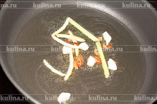 В сковороде разогреть растительное масло, положить все подготовленные выше продукты, обжарить и вынуть из сковороды.