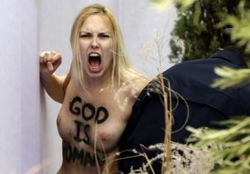 Голая украинка похитила статую Иисуса из Ватикана (ФОТО)