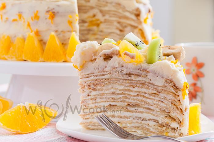 Сладкий блинный торт со сметанным кремом и фруктами