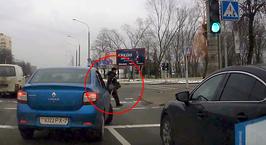 Водитель Renault Logan спас человека на переходе